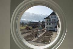 Blick auf den Klostergarten aus einem Fenster im neuen Verbindungstrakt zwischen dem Josefshaus und dem barocken Kloster.