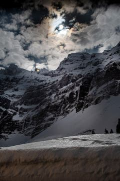 Supervollmond auf der Schwägalp: der Vollmond strahlt zwischen den Wolken hindurch und taucht die Gegend in ein spezielles Licht. (Bild: Corinne Dörflinger)