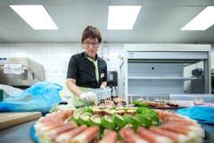 Vreni Huber bereitet in der Küche einen Apéro für eine Veranstaltung in der Braui Hochdorf vor. (Bild: Pius Amrein, Hochdorf, 18. Februar 2019)