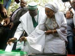 Der ehemalige Vize-Präsident und wichtigste Oppositionskandidat bei der Präsidentenwahl in Nigeria, Atiku Abubakar, bei der Stimmabgabe. (Bild: KEYSTONE/AP/SUNDAY ALAMBA)