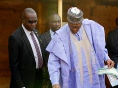 Nigerias Präsident Muhammadu Buhari gab sich bei der Stimmabgabe für die Präsidentenwahl siegessicher. (Bild: KEYSTONE/EPA/GEORGE ESIRI)