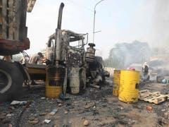 Ein ausgebrannter Lastwagen auf der Francisco de Paula Santander-Brücke in Cucutá in Kolumbien. (Bild: KEYSTONE/AP/FERNANDO VERGARA)