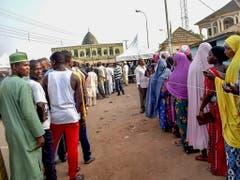 Nigeria wählt einen neuen Präsidenten und ein neues Parlament - die Warteschlangen vor den Wahllokalen sind lang. (Bild: KEYSTONE/EPA/STR)
