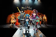 Priscilla - Königin der WüsteBild: Andreas J. Etter/Theater St. GallenErwin Windegger, Michael Heller, Armin Kahl, Ensemble