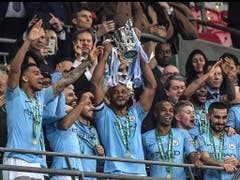 Die Spieler von Manchester City mit der Ligacup-Trophäe (Bild: KEYSTONE/EPA/ANDY RAIN)