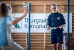 Intressiert verfolgt die Profispielerin das Training der Mädchen. (Bild: Reto Martin)