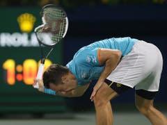 Federer-Gegner Philipp Kohlschreiber demolierte frustriert seinen Schläger (Bild: KEYSTONE/AP/KAMRAN JEBREILI)