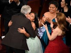 Für den Regisseur Alfonso Cuarón gab es bei der diesjährigen Oscar-Verleihung in der Nacht auf Montag viel Beifall und viele Umarmungen. (Bild: KEYSTONE/AP Invision/CHRIS PIZZELLO)
