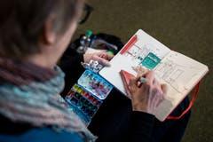 Die Grafikerin Heidi Zurbuchen (51, im Bild) und die Illustratorin Julia Aschwanden-Vilaça (41) laden seit Anfang 2019 jeweils am letzten Sonntag des Monats zum Urban Sketching in Luzern.