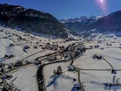 Drohnenblick auf das Dorf Stein im Toggenburg und die Churfirsten. (Bild: Renato Maciariello)
