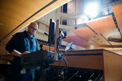 Elektrotechniker und Bauleiter Dirk Kindler justiert unter anderem die Steuerung des Canopys neu.