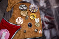 Abzeichen und Embleme trägt der Gugger stets mit Stolz.