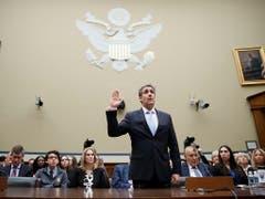 Der frühere Trump-Anwalt Michael Cohen schwört vor seiner Anhörung vor dem Repräsentantenhaus. Anschliessend fällte er ein vernichtendes Urteil über Trumps Charakter. (Bild: KEYSTONE/EPA/SHAWN THEW)