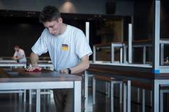 Justin Flüeler ölt die Tische im World Café.