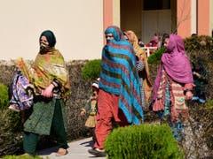 In Sicherheit gebracht: Bewohnerinnen von grenznahen Dörfern suchen in Hatian Bala, 40 Kilometer von Muzafarabad, der Provinzhauptstadt des pakistanischen Kaschmirs, Zuflucht. (Bild: KEYSTONE/AP/M.D. MUGHAL)