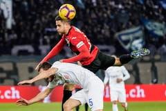 Ein Kampf auf Biegen und Brechen: Saleh Chihadeh des SC Kriens gewinnt das Kopfballduell gegen Zürichs. (Bild: Andy Müller/freshfocus (Zürich, 28. Februar 2019))