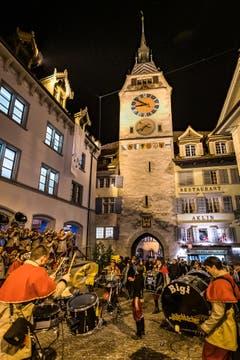Die Guggenmusik Wäichbächer aus Cham heizt ein. (Bild: Christian H. Hildebrand, (Zug, 28. Februar 2019))