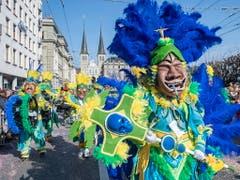 Zuschauerrekord an der Luzerner Fasnacht: 38'000 Personen wollten den Fritschi-Umzug sehen. (Bild: KEYSTONE/EPA KEYSTONE/URS FLUEELER)