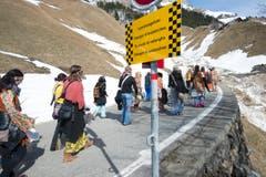 Die Unterschächner Fasnächtler ziehen auf der Klausen-Passstrasse oberhalb von Urigen Richtung Bergli. (Bild: Christof Hirtler, 28. Februar 2019)