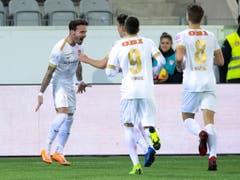Dennis Salanovic (links) feiert seinen Treffer zum 1:0 mit seinen Teamkollegen (Bild: KEYSTONE/ANTHONY ANEX)