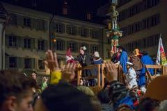 Mit dem Urknall und der Fritschitagwache beginnt die Fasnacht 2019 in Luzern. Fritschivater Reto Schriber verteilt fleissig Orangen. (Bild: Pius Amrein, Luzern, 28. Februar 2019)