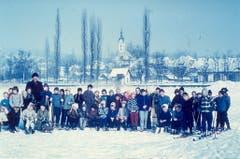 Diese Kinder waren 1956 mit Schlitten und Skiern auf dem Sempachersee unterwegs. (Bild: Stadtarchiv Sempach)