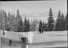 Auch auf Rigi-Kaltbad freute man sich über Eisflächen, wenn auch anderer Art. Im Bild ist die Curlingbahn und der Aussichtsplatz zu sehen. Aufnahme wurde zwischen 189 und 1950 gemacht. (Bild: Kantonale Denkmalpflege Luzern (Emil Goetz))