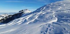 Verwehungen und Tourenspuren im Schnee auf der Klus oberhalb der Ebenalp. (Bild: Klaus Businger)