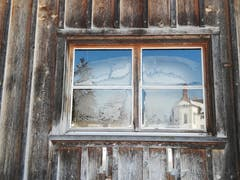 Scheunenfenster mit der wunderschönen Reflektion und dem Kloster Notkersegg ob St. Gallen. (Bild: Viktor Kündig)