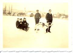 Der Hund wurde vor den Schlitten gespannt, um auf dem zugefrorenen Sempachersee die Familie zu ziehen. Aufnahme von 1914 nahe des Seeufers. (Bild: Stadtarchiv Sempach)
