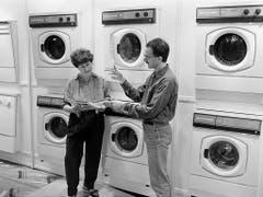 Ein Verkäufer zeigt einer Besucherin 1990 die neusten Waschmaschinen. (Bild: KEYSTONE/MICHAEL KUPFERSCHMIDT)
