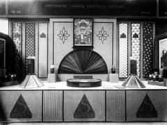 Die Chemische Fabrik vormals Sandoz stellt 1918 den künstlichen Süssstoff Saccharin ins Zentrum ihres Messestandes. (Bild: KEYSTONE/A. TEICHMANN)