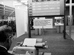 Präsentation einer Anzeigetafel für wechselnde Mitteilungen an Flugplätzen, Bahnhöfen und Börsen mit elektronischer Steuerung und Dateneingabe mit der Schreibmaschine an der 48. Mustermesse im Jahr 1964. (Bild: KEYSTONE/STR)