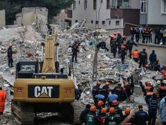 Nach einem Hauseinsturz in Istanbul suchen Rettungskräfte nach Verschütteten. (Bild: KEYSTONE/AP/EMRAH GUREL)