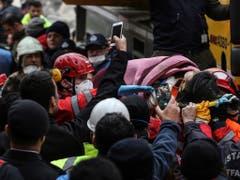 Ein fünfjähriges Mädchen lag nach dem Hauseinsturz in Istanbul im Schutt unter einem grossen Zementbrocken und wurde von den Rettungskräften befreit. (Bild: KEYSTONE/AP/EMRAH GUREL)