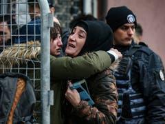 Angehörige bangen nach dem Hauseinsturz in Istanbul um noch vermisste Personen. (Bild: KEYSTONE/AP/EMRAH GUREL)