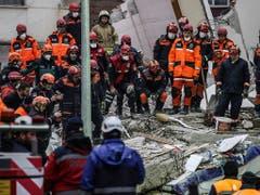 Nach dem Hauseinsturz in Istanbul werden weitere Verschüttete unter den Trümmern vermutet - 13 Menschen wurden bisher gerettet, drei weitere konnten nur noch tot geborgen werden. (Bild: KEYSTONE/AP/EMRAH GUREL)
