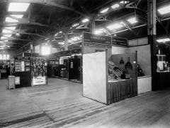 An der Messe präsentieren anfänglich ausschliesslich Schweizer Aussteller ihre Muster. Hier die Halle 3 im Jahr 1918. (Bild: KEYSTONE/A. TEICHMANN)