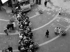 1966 stehen Besucher und Besucherinnen der Mustermesse Schlange für eine Sonderausstellung in einem Postauto. (Bild: KEYSTONE/STR)