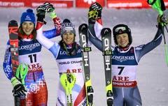 Das Podest: Wendy Holdener (Mitte) gewinnt vor der Slowakin Petra Vlhova (links) und der Norwegerin Ragnhild Mowinckel. (Bild: Marco Trovati / AP)