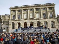 Die rund 1000 Fans in der Genfer Altstadt warteten geduldig, ehe sich Federer und Borg auf dem Balkon zeigten (Bild: Keystone/SALVATORE DI NOLFI)