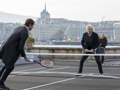 Die beiden Tennis-Legenden liefern sich auf einem improvisierten Hartplatz am Ufer des Genfersees ein paar Ballwechsel (Bild: Keystone/SALVATORE DI NOLFI)