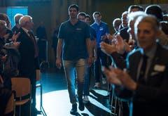 Die Mitglieder von Lindaren Volley Amriswil betreten den Saal. (Bild: Reto Martin)