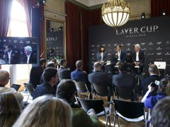 Wieder zurück auf dem Festland stellen sich Roger Federer und Björn Borg im Palais Eynard, dem Repräsentationshaus der Genfer Stadtregierung, den Fragen der Medien (Bild: Keystone/SALVATORE DI NOLFI)