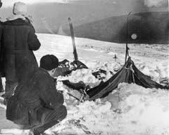 Sowjetische Ermittler beim zerstörten Zelt. (Bild: PD)