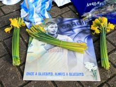Trauer um den argentinischen Fussballer Emiliano Sala, der bei einem Flugzeugabsturz ums Leben gekommen ist. (Bild: KEYSTONE/AP PA/MARK KERTON)