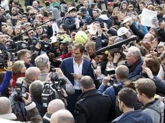 Anschliessend nahm sich Federer viel Zeit für Autogrammwünsche (Bild: Keystone/SALVATORE DI NOLFI)