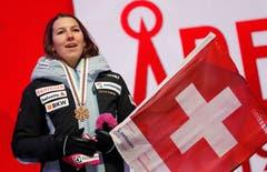 Wendy Holdener singt die Nationalhymne... (Bild: Gabriele Facciotti / AP)