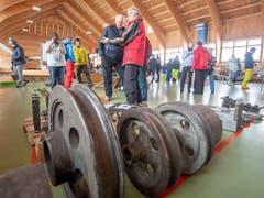 Rund 300 Besucherinnen und Besucher reisten am Samstag an, um Teile der alten Stoos Standseilbahn, wie Bilder, Bahnwagen, Bahntäfeli oder Holzbänkli zu ersteigern. (Bild: KEYSTONE/URS FLUEELER)