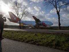 Unterwegs am Boden statt in der Luft: In einer spektakulären Aktion wird in den Niederlanden ein ausrangierter Jumbo zu einem Hotel transportiert, wo er zur Publikumsattraktion werden soll. (Bild: KEYSTONE/AP/PETER DEJONG)